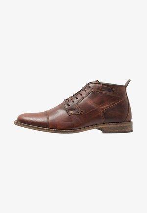 Sznurowane obuwie sportowe - dark brown