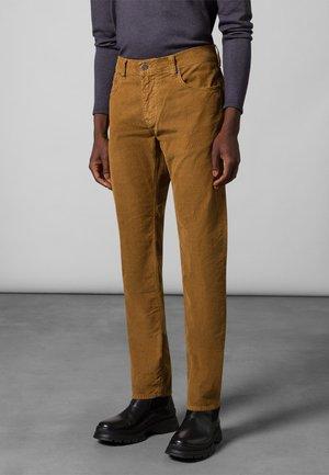 HOSE JOHN - Trousers - harvest gold
