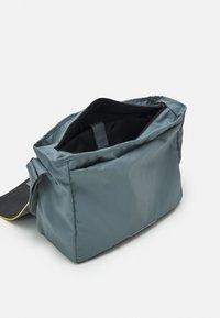 Converse - COATED RETRO MESSENGER UNISEX - Across body bag - grey - 2