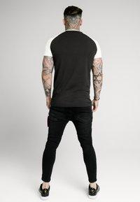 SIKSILK - RAGLAN PREMIUM TAPE GYM - T-shirt con stampa - black/white - 2