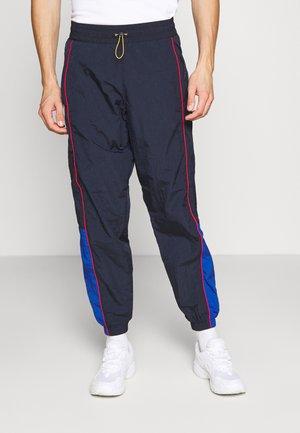 LEVI'S® X PEANUTS MILES TRACK PANT UNISEX - Tracksuit bottoms - black/blue