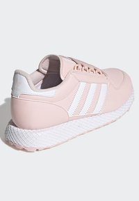 adidas Originals - FOREST GROVE SHOES - Sneakersy niskie - pink - 3