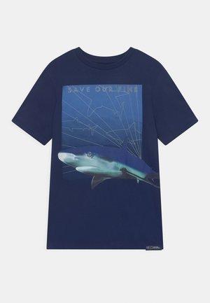 NATIONAL GEOGRAPHIC BOYS OCEANS - T-shirt z nadrukiem - elysian blue