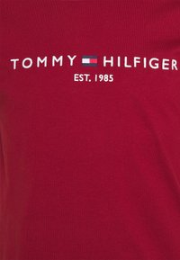 Tommy Hilfiger - LOGO TEE - Printtipaita - regatta red - 2