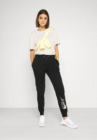 Nike Sportswear - TEE ICON CLASH - Camiseta estampada - light orewood - 1