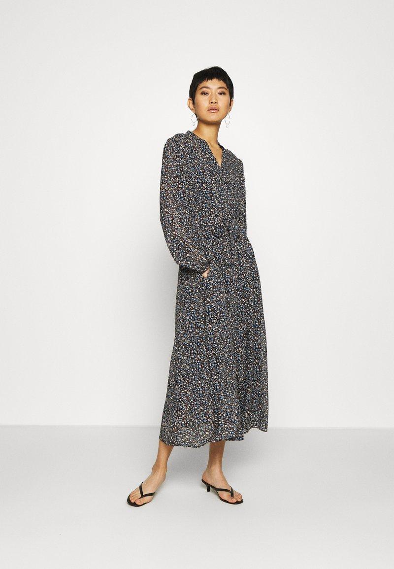 Marc O'Polo - DRESS LONG STYLE BELTED WAIST DETAILED NECKLINE - Kjole - multi