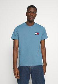 Tommy Jeans - BADGE TEE  - T-shirts basic - vintage denim - 0