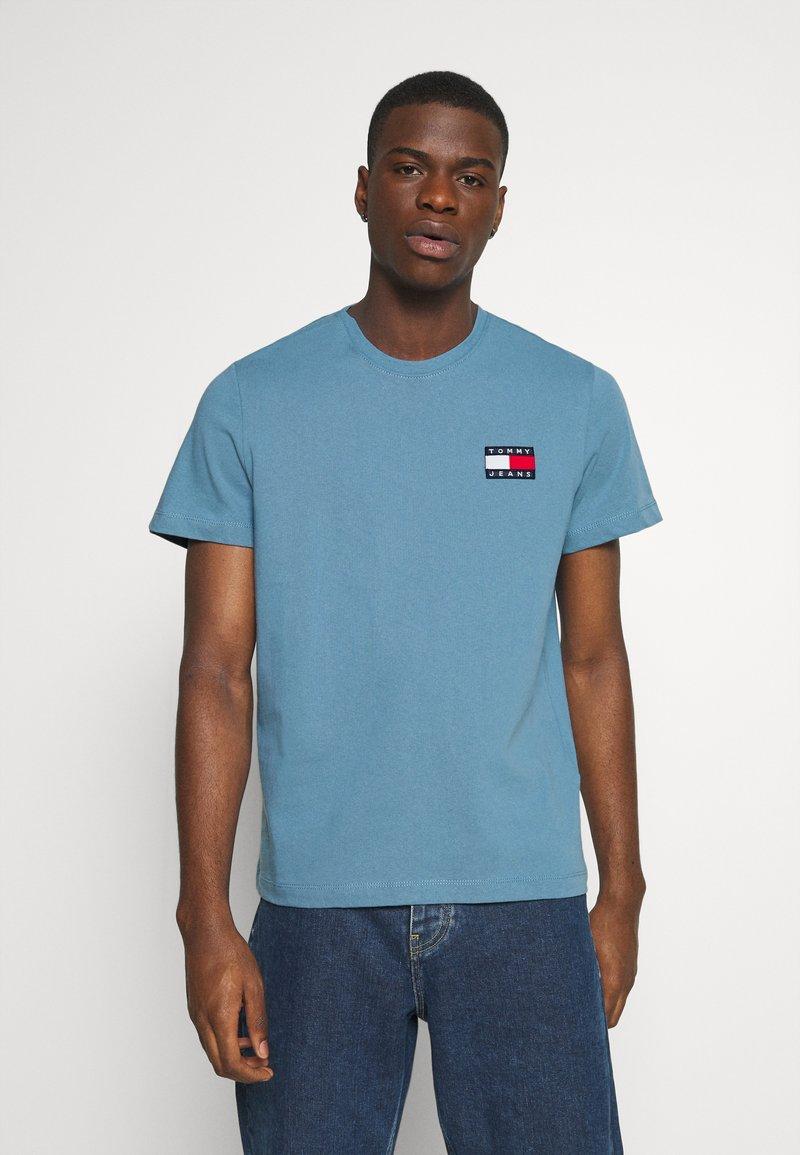 Tommy Jeans - BADGE TEE  - T-shirts basic - vintage denim