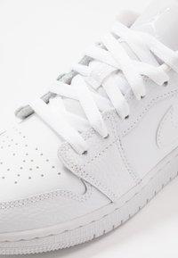 Jordan - AIR 1 LOW UNISEX - Basketball shoes - white - 2