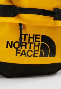 The North Face - BASE CAMP DUFFEL S UNISEX - Sportstasker - sumitgold/black - 10