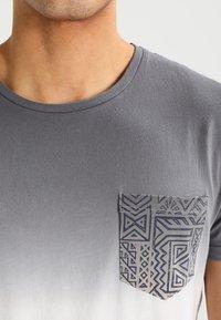 Pier One - T-shirt med print - white/grey - 4