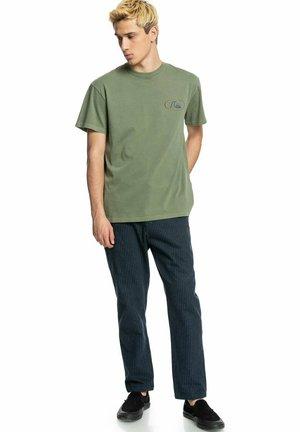 OG NOUVEAUSS - Print T-shirt - olivine