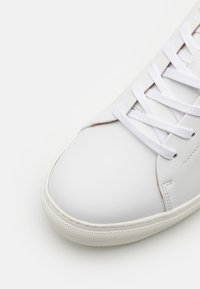 R. M. WILLIAMS - SURRY UNISEX - Sneakersy niskie - white - 5
