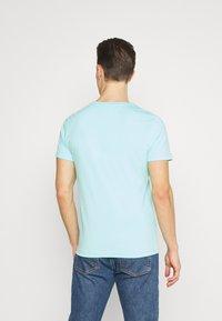 Tommy Hilfiger - LOGO TEE - T-shirt z nadrukiem - miami aqua - 2