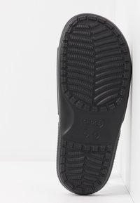 Crocs - CLASSIC SLIDE - Pool slides - black - 6