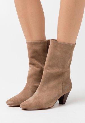 GITA - Støvler - taupe