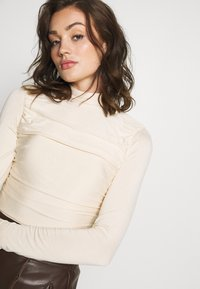 Lost Ink - RUCHED DETAIL LONG SLEEVE - T-shirt à manches longues - beige - 3