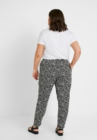 New Look Curves - CURVES LOUISE SPOT JOGGER - Trousers - black - 2