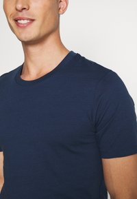 Selected Homme - SHDTHEPERFECT ONECK TEE - Printtipaita - estate blue/black - 5