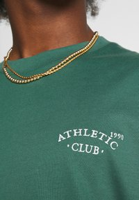 Jack & Jones - JORTOBIAS TEE CREW NECK CHEST UNISEX - Basic T-shirt - trekking green - 5