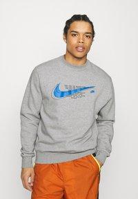 Nike Sportswear - COURT CREW - Mikina - grey heather - 0