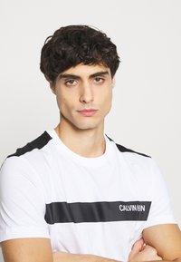 Calvin Klein - BOLD STRIPE LOGO - T-shirt med print - white - 4