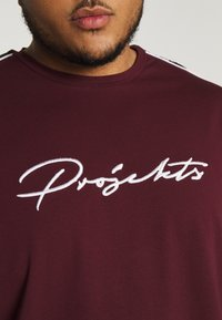 Projekts NYC - HOLDEN SIGNATURE TAPED - T-shirt con stampa - burgundy - 5