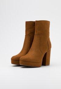 ONLY SHOES - ONLBRIN LIFE SHAFT BOOTIE  - Ankelboots med høye hæler - cognac - 2