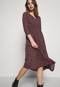 ONLY - ONLPELLA DRESS - Denní šaty - black/route ditsy - 4
