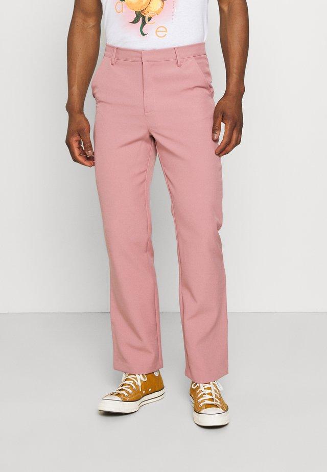 ON THE RUN STRAIGHT LEG TAILORED TROUSER - Kalhoty - pink