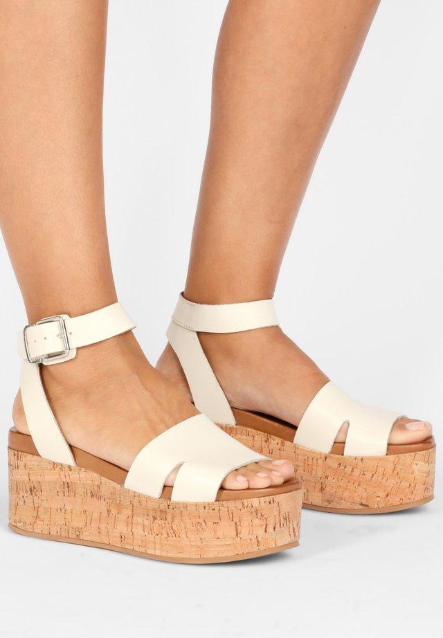 Sandały na platformie - mntrl bone nbn