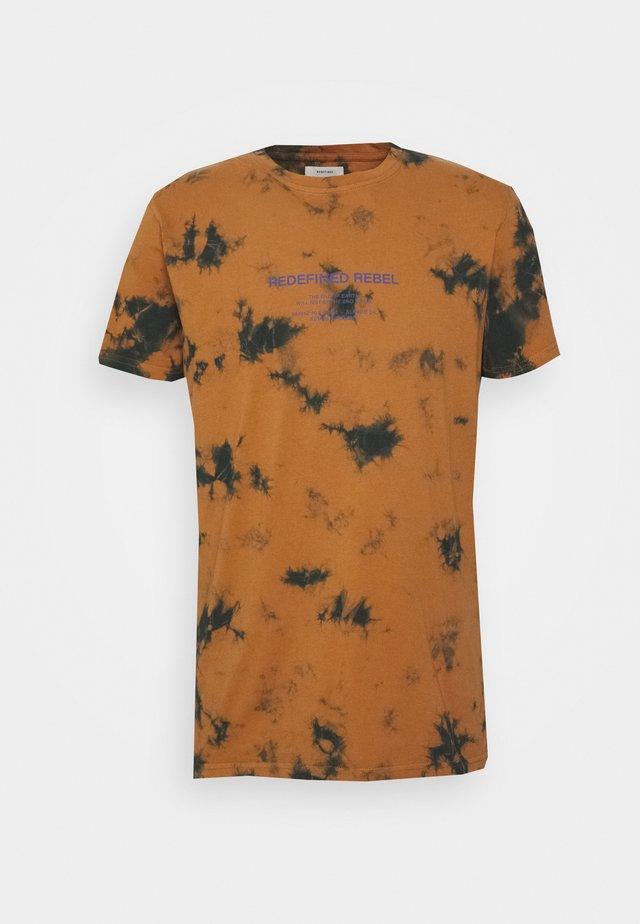 FINN TEE - T-shirt con stampa - inca gold