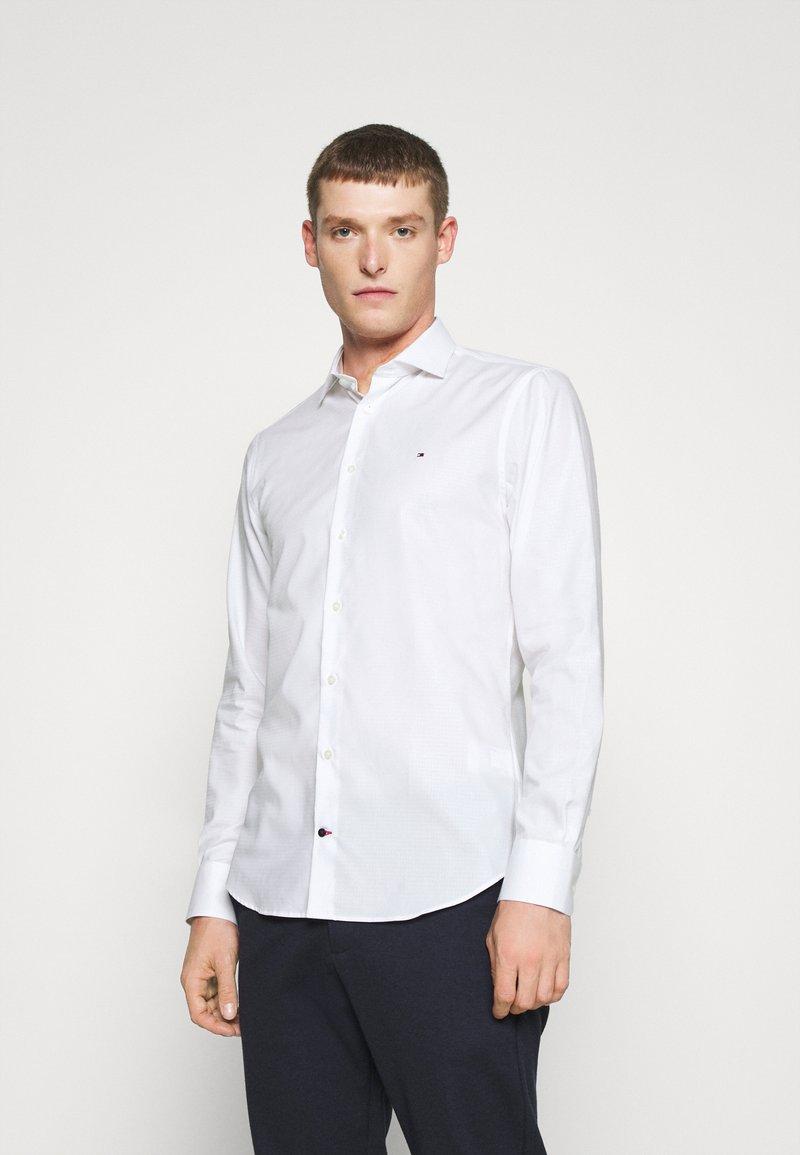 Tommy Hilfiger Tailored - DOBBY DESIGN CLASSIC - Formální košile - white