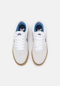 Nike SB - CHRON 2 UNISEX - Trainers - white/obsidian/white/light brown/black - 3