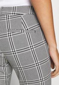 Banana Republic - MODERN SLOAN KIKI PLAID - Trousers - black/blanco - 5