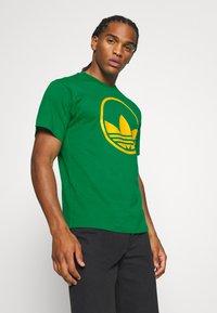 adidas Originals - CIRCLE TREFOIL - T-shirt imprimé - green - 3
