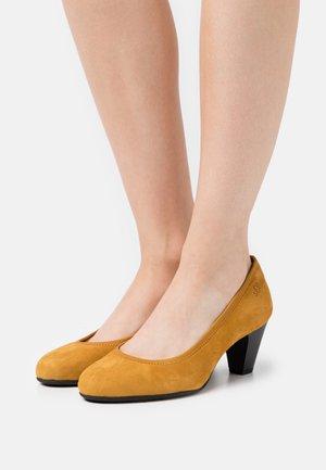 Czółenka - saffron