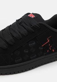 DC Shoes - BOBS COURT GRAFFIK UNISEX - Sneakers laag - black/red - 5