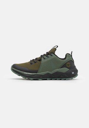 GEO PRO TRAIL - Trail hardloopschoenen - olive leaf/black