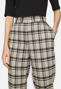 YAS - YASSTORY CROPPED PANT - Kalhoty - sycamore - 5