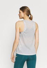 Nike Performance - CITY SLEEK TANK TRAIL - Sportshirt - light smoke grey/grey fog/heather/silver - 2