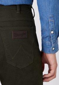 Wrangler - GREENSBORO - Trousers - roisin green - 3