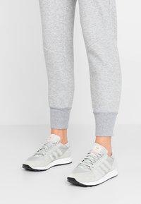 adidas Originals - FOREST GROVE - Baskets basses - ash silver/clear orange - 0