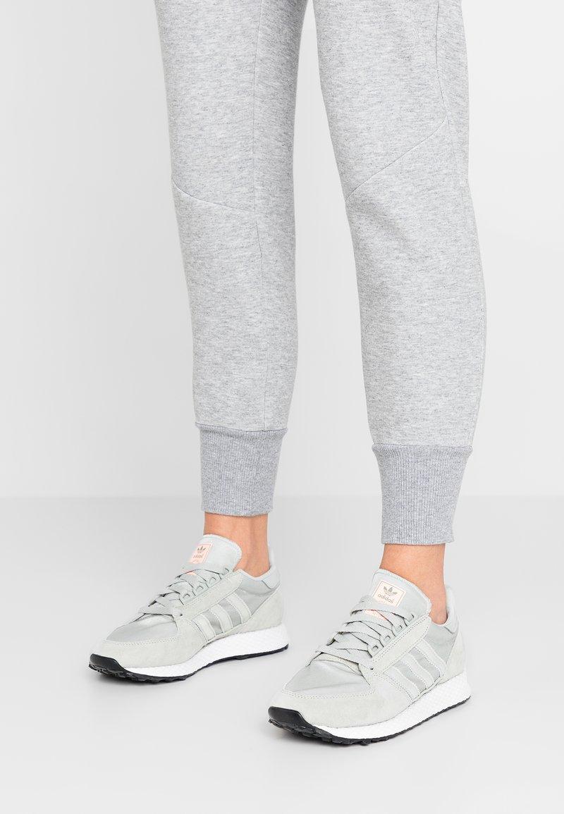 adidas Originals - FOREST GROVE - Baskets basses - ash silver/clear orange