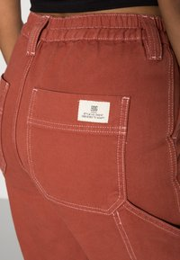 BDG Urban Outfitters - CONTRAST SKATE - Jeans relaxed fit - brick - 4