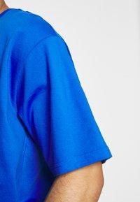 New Balance - T-shirt med print - cobalt - 4