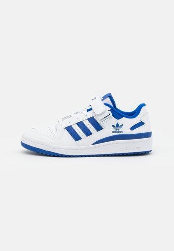 FORUM LOW UNISEX - Trainers - footwear white/team royal blue