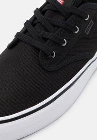 Globe - MOTLEY - Sneakersy niskie - black/white - 5