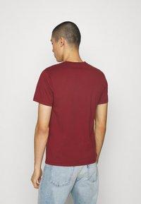 Levi's® - VNECK - Basic T-shirt - reds - 2