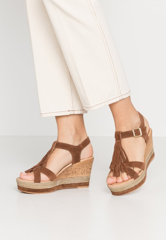 Sandały na obcasie - marrone